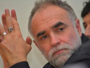 El cineasta Karim Ainouz en conferencia de prensa.