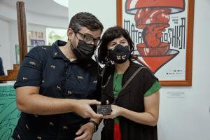 Edel Rodríguez (Mola) ganador del Coral de cartel y Sheyla Pool realizadora.