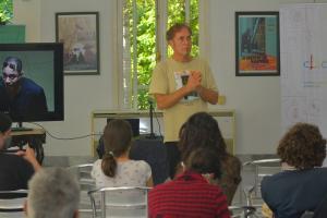 El cineasta Hubert Sauper impartió una conferencia a propósito de su documental Epicentro.