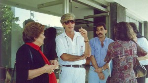 El cineasta Humberto Solás departe con Anne Lamouche (izquierda)
