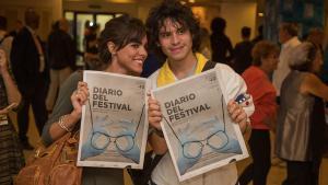 Participantes en el Festival con el diario de la cita